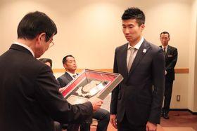 京都府スポーツ賞特別栄誉賞の表彰を受ける桐生選手(右)=京都市南区