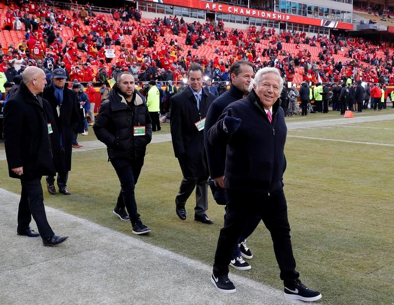 AFC決勝で対戦したチーフスの本拠地に到着したペイトリオッツのロバート・クラフト・オーナー(右)(AP=共同)