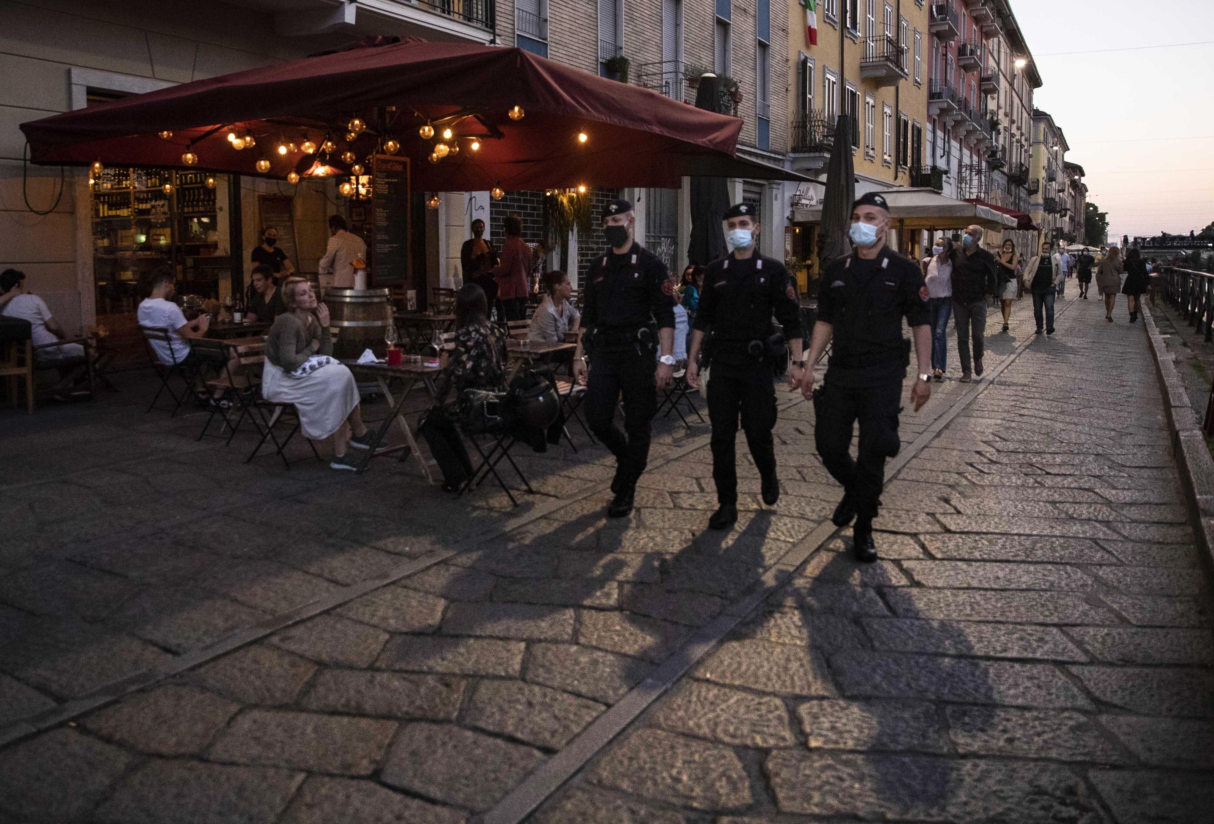 ミラノ市内をパトロールするイタリア軍警察の隊員=26日(AP=共同)