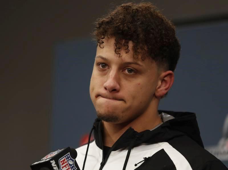 試合後の記者会見で表情を曇らせる、チーフスのQBマホームズ(AP=共同)