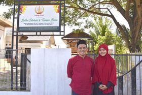 インドネシア・アチェ州ランバダロク村にある無料塾の前で笑顔を見せる財団「アチェの光」創設者のアズウィル・ナザルさん(左)=2020年12月(共同)