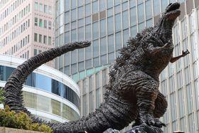「日比谷ゴジラスクエア」に設置された「新・ゴジラ像」=22日午前、東京・有楽町