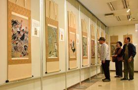 伊藤若冲の作品を再現した西陣織の展覧会=丸亀市大手町、市生涯学習センター