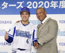 DeNAの新入団記者会見でラミレス監督(右)と握手を交わす森敬斗内野手=22日、横浜市