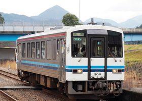 JR三江線で使われているディーゼル車両「キハ120」=2017年12月21日、島根県川本町(筆者撮影)