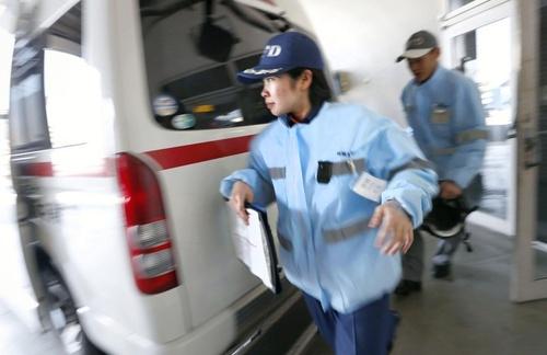 緊急出動がかかり、慌ただしく救急車に乗り込む救急隊員=三重県松阪市の松阪中消防署(撮影・大里直也