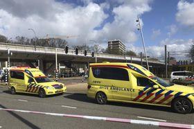 18日、オランダ中部ユトレヒトでの発砲現場に到着した救急隊(MARTIJN・VAN・DER・ZANDE氏提供、AP=共同)