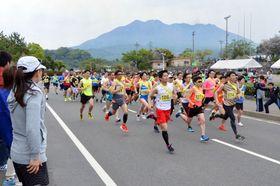 声援を受け、一斉にスタートするランナー=鹿児島市桜島横山町