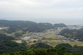 頂上からは市街地と太平洋が一望できる