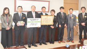 青山祐治副知事(左から3番目)に受賞の喜びを報告したマルヌシの地主裕太専務ら(同4番目)=19日、青森県庁