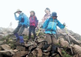 磐梯山の山頂に到着した登山者=28日午前10時45分ごろ