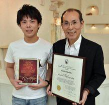 マスター・オブ・フォトグラフィーを獲得した小田島さん(右)と県写真館協会で金賞を取った星和さん