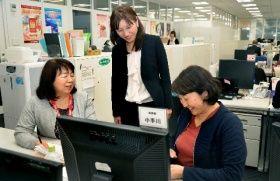 病気になっても働きやすい職場を考える小手川りつ子さん(左)らキューサイの社員たち