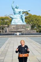 平和祈念像の前で記者会見するチリのバチェレ大統領=24日午後、長崎市