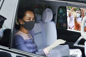 総選挙への立候補を届け出たミャンマーのアウン・サン・スー・チー国家顧問兼外相=4日、ヤンゴン(共同)
