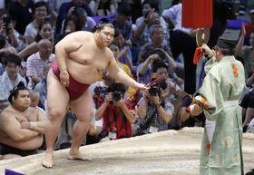 大相撲名古屋場所で栃煌山を下して初優勝を決めた御嶽海=21日、名古屋市のドルフィンズアリーナ