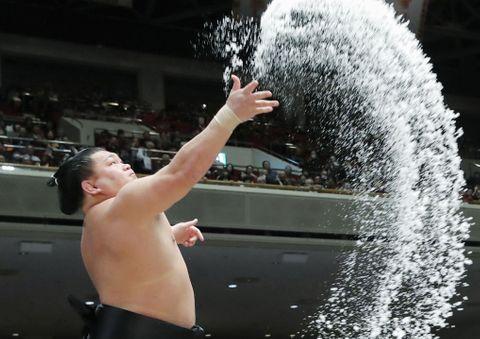 取組前、勢いよく塩をまく照強=17日、東京・両国国技館