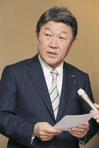 GSOMIAの失効が回避され、記者の質問に答える茂木外相=22日夜、名古屋市(代表撮影)