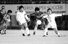 日本の守備をドリブルで交わすディエゴ・マラドーナ=1982年1月、神戸市立中央球技場