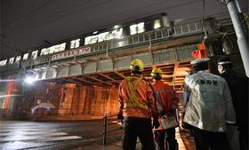 大型トラックが接触したJR東海道線の橋桁=22日午後7時35分、大阪市