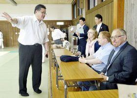 県柔道連盟の昇段試験を視察するフレーゼ会長(右端)とシュペッカー委員長(右から2人目)=徳島市の県立中央武道館
