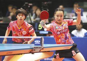 混合ダブルスで優勝した森薗(左)、伊藤組=東京体育館で