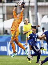 ブラジル戦でボールを捕りにジャンプするGK大場(左)=マルドナド(ゲッティ=共同)