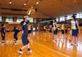 シーガルズの選手にバレーボールを教わる小学生たち