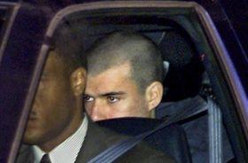 米南部バージニア州の拘置施設から連邦地裁に向かうジョン・ウォーカー受刑者=2002年1月24日(AP=共同)