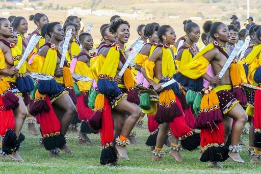 伝統行事ウムフランガで、国王とその生母に向けて踊りを披露する女性たち。歌声が響き、全身が躍動する=19年9月、ムババーネ郊外(共同)