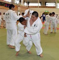 3分間の乱取りに取り組む東北6県の小学5、6年生の柔道選手たち