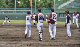 約1カ月ぶりに球場で練習をする和歌山ファイティングバーズの選手(和歌山市の紀三井寺球場で)