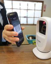 スマートフォンに送られた専用バーコードをスキャンすれば利用できる自動チェックインシステム=諫早市、長崎国際ゴルフ倶楽部