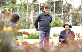 故岩切章太郎さんの植栽に関する理念を伝えている川越さん(中央)