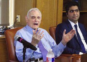 ノーベル化学賞受賞について記者の質問に答える米テキサス大オースティン校のグッドイナフ教授(左)=14日、米テキサス州オースティン(共同)