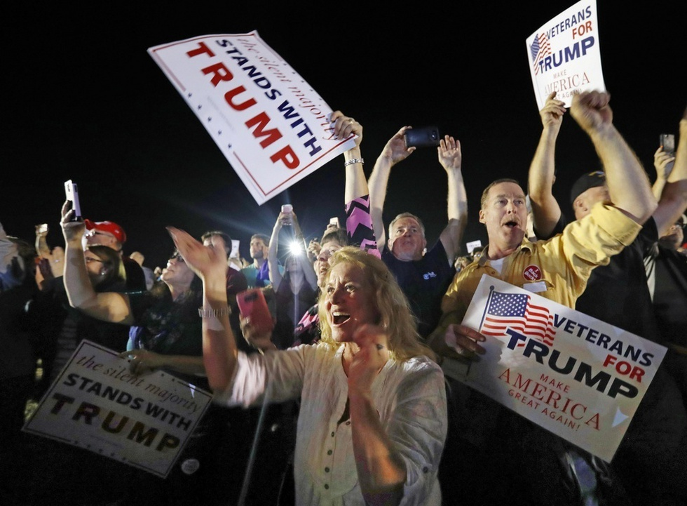 米大統領選を間近に控え、激戦区といわれたノースカロライナ州でトランプ氏の演説に歓声を上げる人たち=同州セルマ(撮影・喜多信司、共同)