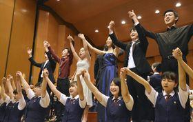 コンサートで手をつなぎ童謡を歌う日本と韓国の高校生ら=25日午後、千葉市稲毛区
