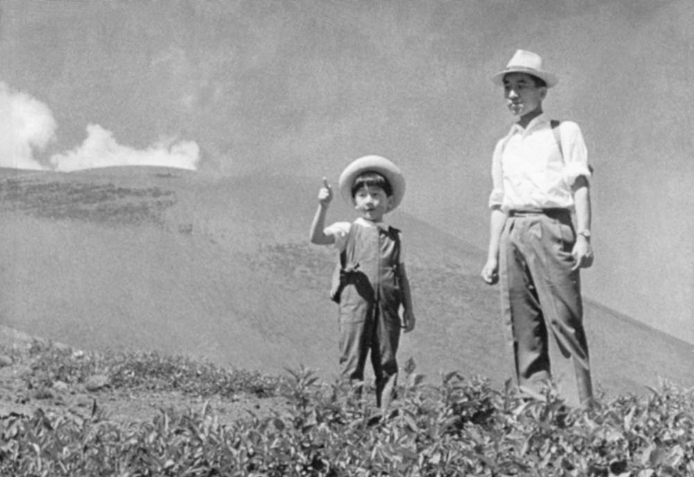 浅間山5合目付近での上皇さまと天皇陛下=1966年8月
