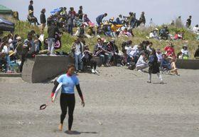 サーフィンの一宮千葉オープンを訪れた観客=4日、千葉県一宮町の釣ケ崎海岸