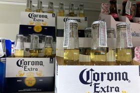 バンコクの店頭に陳列された「コロナ」ビール=3月15日(ゲッティ=共同)