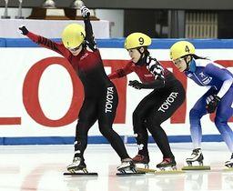 スピードスケート・ショートトラックの全日本選手権女子500メートル決勝を制し、五輪代表を確実にした菊池純礼(左)。右端は姉で3位の菊池悠希=16日、名古屋市