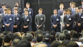 今季の目標を口にする選手会長の中島(中央)ら日本ハムの選手たち