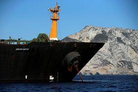 18日、英領ジブラルタルで、係留されるイランの大型タンカー(ロイター=共同)