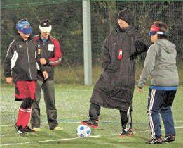 大会に向け練習に励むコルジャ仙台の選手たち=14日夜、仙台市青葉区のラソスソサイチ&フットサルフィールド