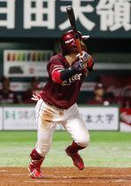 5回楽天1死満塁、鈴木大が左中間に2点二塁打を放つ=ペイペイドーム