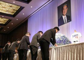 星野仙一氏の後援会によるお別れの会で、祭壇に花を手向ける人たち=24日午後、名古屋市