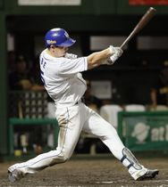 8回中日1死一、二塁、阿部が中越えに勝ち越しの2点三塁打を放つ=豊橋