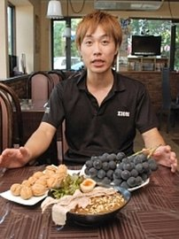「OHLAHOカレー」(手前)を開発した柳沢さん