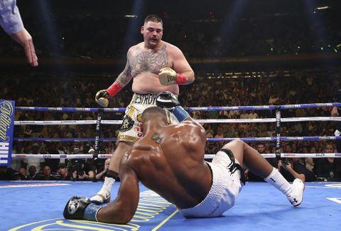 ボクシング世界戦でアンソニー・ジョシュアからダウンを奪うアンディ・ルイス(奥)=1日、ニューヨーク(ゲッティ=共同)