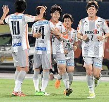 群馬−AC長野 前半39分、先制ゴールを決め抱き合って喜ぶAC長野・堂安(左から3人目)